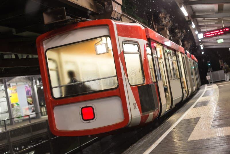 Schwebebahn火车伍伯托德国在一个冬天晚上 免版税库存图片