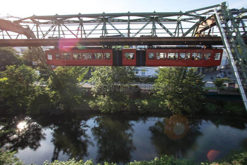 Schwebebahn火车在伍伯托德国 免版税库存图片