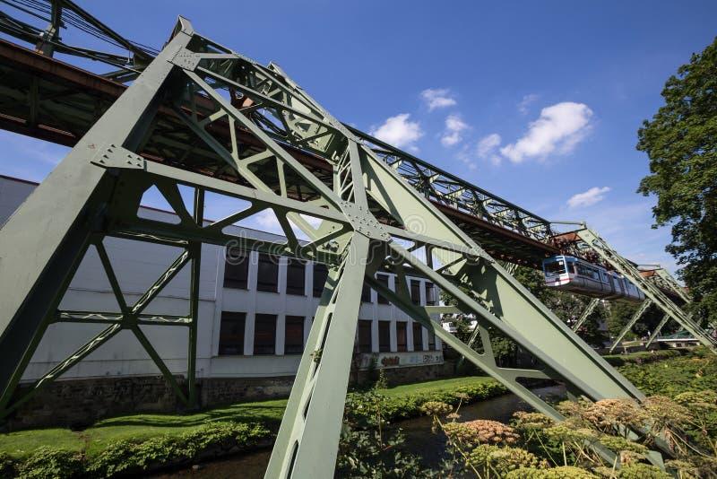 Schwebebahn pociąg w Wuppertal Germany zdjęcie stock
