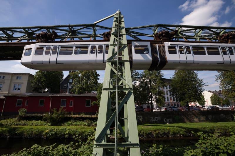 Schwebebahn-Zug in Wuppertal Deutschland lizenzfreie stockfotografie