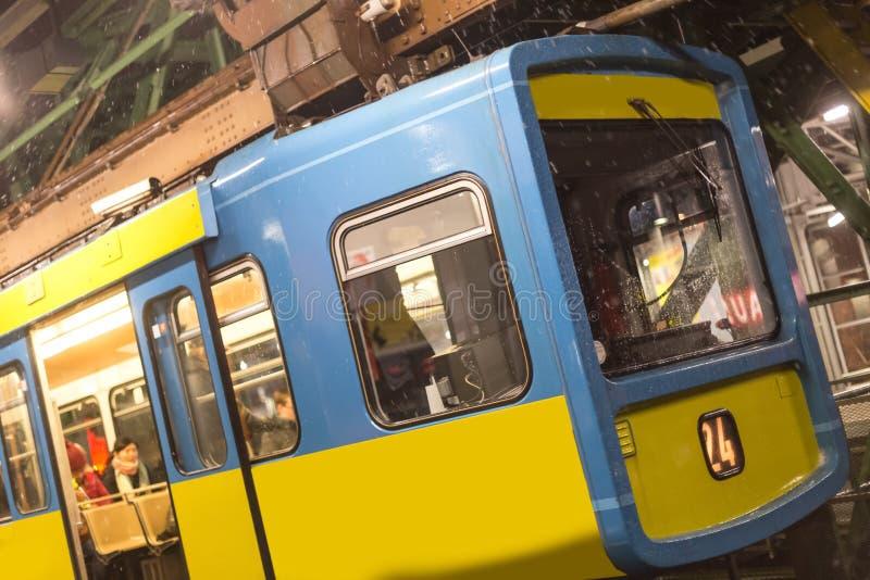 Schwebebahn-Zug Wuppertal Deutschland an einem Winterabend lizenzfreies stockbild