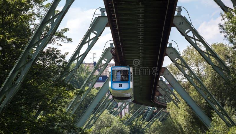 Schwebebahntrein in Wuppertal Duitsland stock afbeeldingen