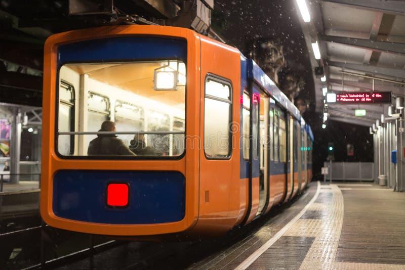 Schwebebahntrein Wuppertal Duitsland op een de winteravond stock afbeeldingen