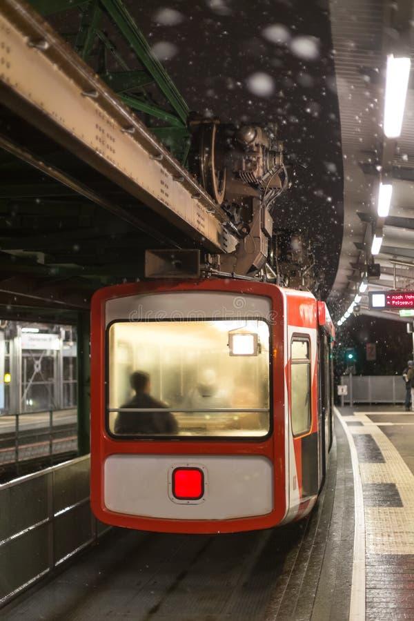 Schwebebahntrein Wuppertal Duitsland op een de winteravond royalty-vrije stock foto's