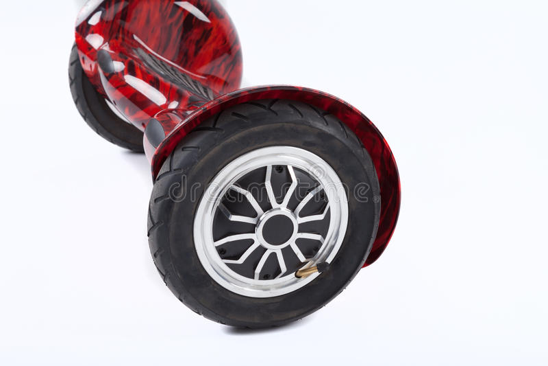 Schwebeflug-Brett-Räder, Abschluss oben des Zwillingsrads, selbstabgleichendes, elektrisches Skateboard auf weißem Hintergrund Um stockfoto
