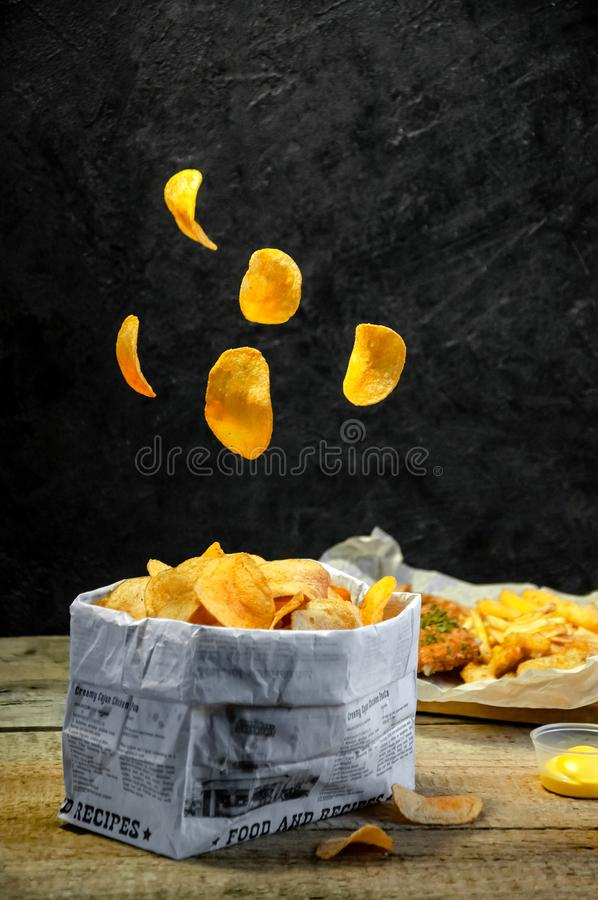 schweben Geschossen in einem Studio Salzige Imbisse Kartoffelchips, Pommes-Frites, Zwiebel-Ringe, Käse-Stöcke, Nuggets Lebensmitt lizenzfreies stockbild
