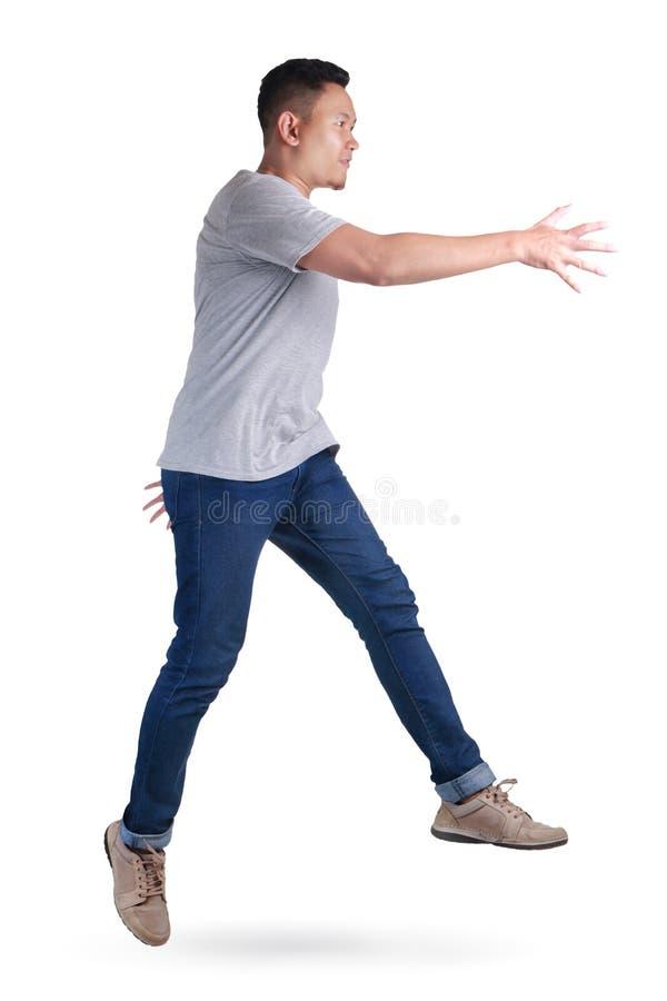 schweben Springendes Tanzengehen des jungen asiatischen Mannes lizenzfreie stockfotos