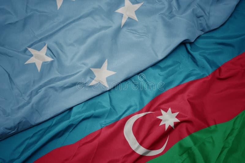 schwebende farbenfrohe Flagge von Aserbaidschan und nationale Flagge der Föderierten Staaten von Mikronesien stockfotografie