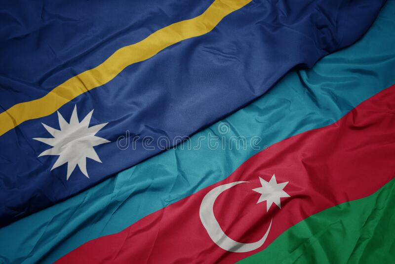 schwebende farbenfrohe Flagge von Azerbaijan und nationale Flagge von Nauru lizenzfreie stockfotos