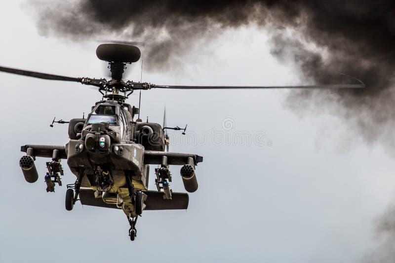 Schwebender Apache-Hubschrauber stockfotos