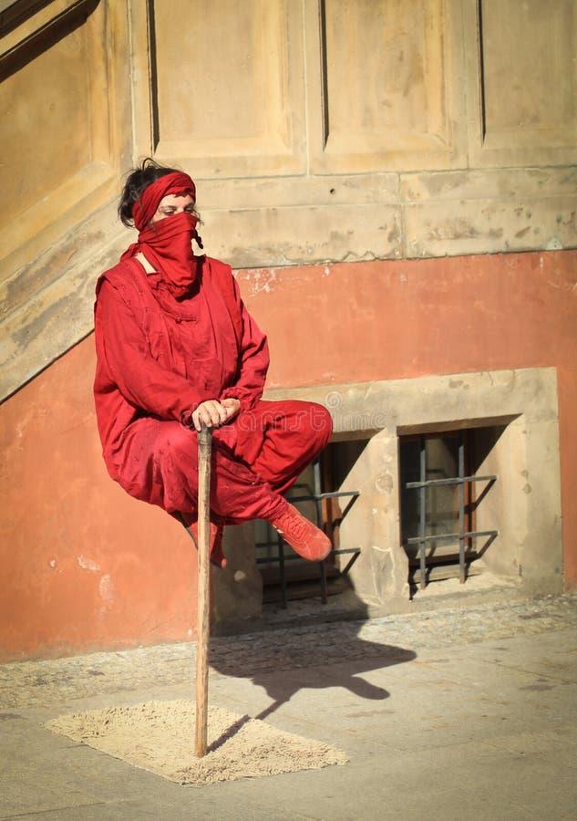 Schwebender meditierender Yogi - fakir stock fotografie