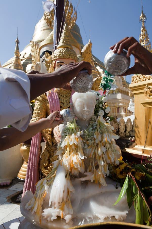 schwedagon людей pagoda моля стоковое изображение