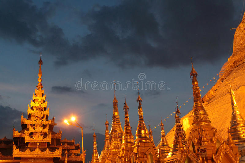 Schwedagon pagod på natten royaltyfri foto