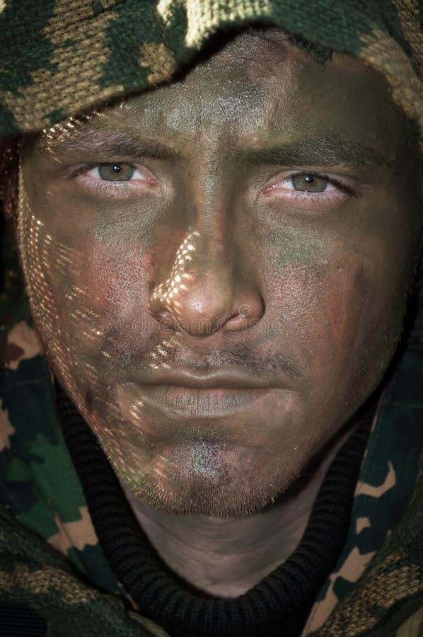 Schweden, Berget am 27. Juni 2012: Junger Soldat Armee airsoft Mannes mit Militärartkleidung und Farbenmake-up gegenüberstellen stockfotografie