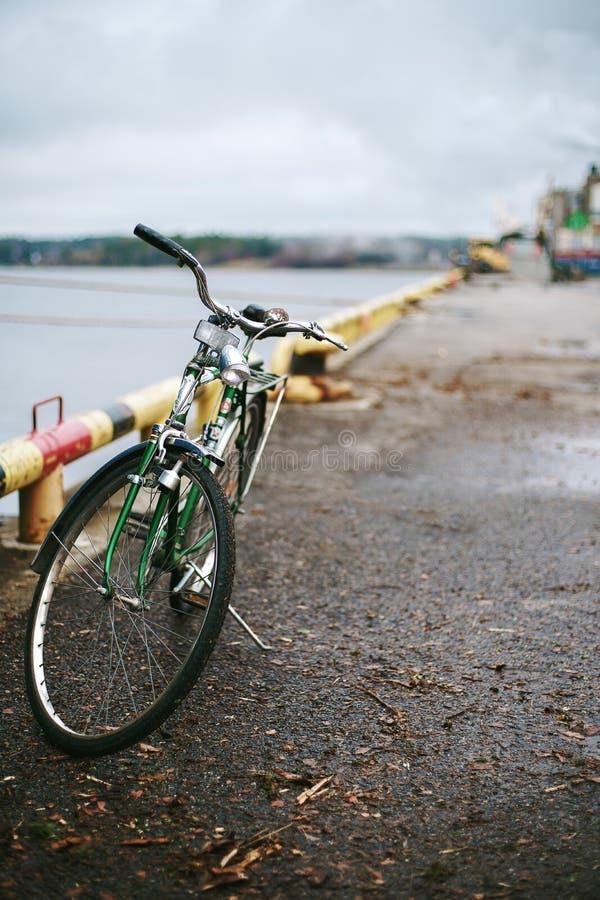 Schweden-Gr?nfahrrad auf dem Pier des Frachthafens in Schweden Gr?n und Weinlese stockbild