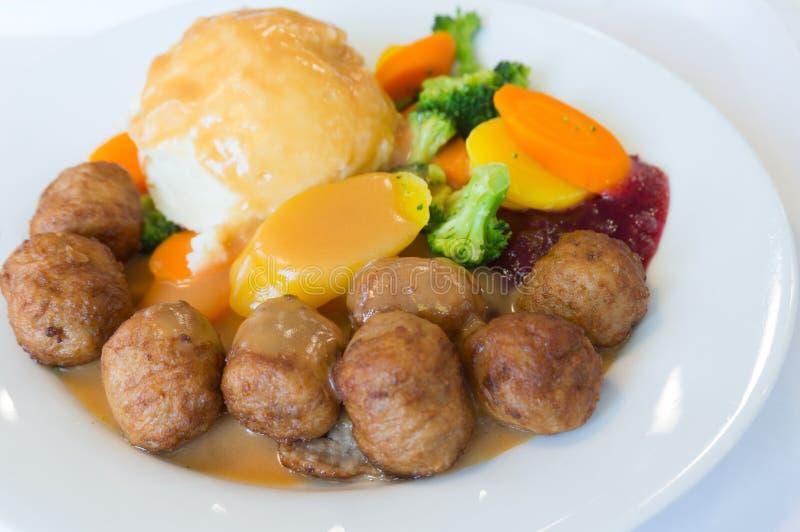 Schwedische Fleischbällchen mit Gemüse und Kartoffelpüree stockfoto