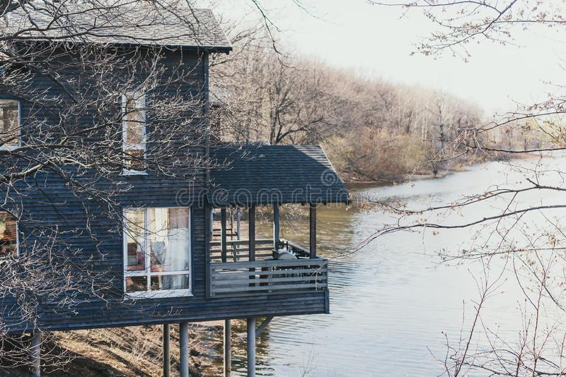 Schwedische Häuschen durch den Fluss Holzhäuser für Rest über dem Fluss Schöne Ferien in der Landschaft lizenzfreies stockfoto