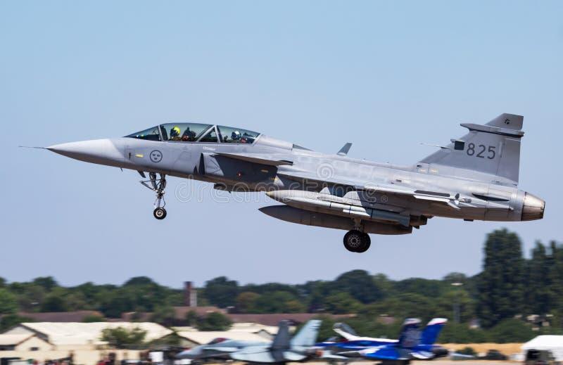 Schwedische Kampfflugzeugankunft und -landung Luftwaffe SAABS JAS 39D Gripen 39825 für königliche internationale Luft RIAT tätowi lizenzfreie stockbilder