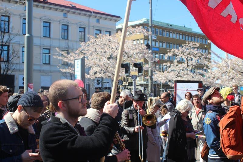 Schwedische Leute am internationalen Arbeitskrafttag in Gothenburg, Schweden, Sozialdemokraten, Mengen, politische Versammlung stockbild