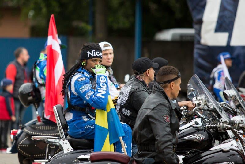 Schwedischer Reiter Antonio Lindbaeck mit Flagge lizenzfreies stockfoto