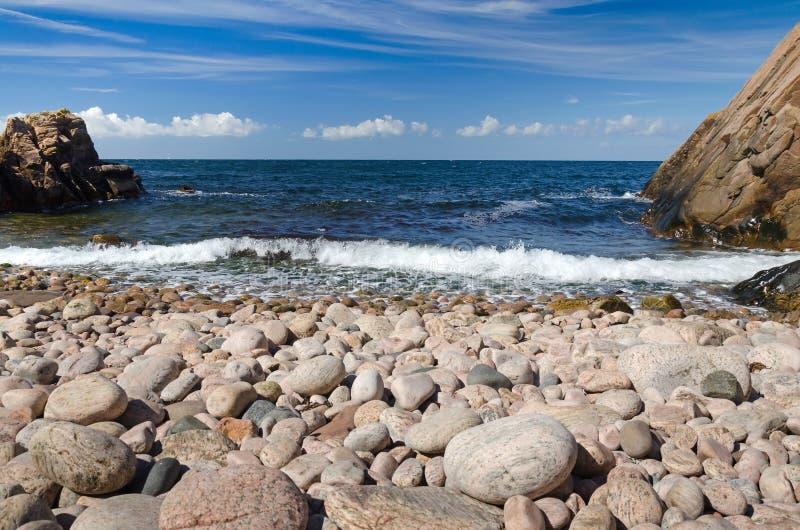 Schwedischer Strand voll von Steinen lizenzfreie stockfotos
