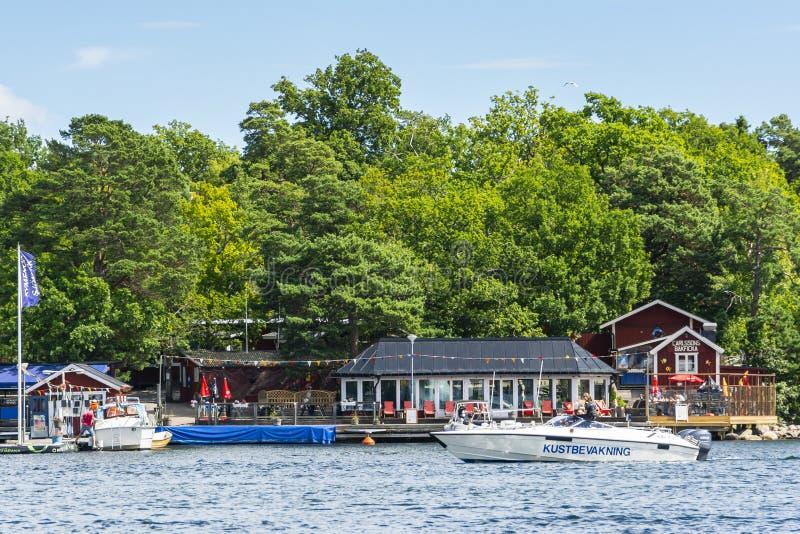 Schwedisches Küstenwachehochgeschwindigkeitsboot, das Höchstgeschwindigkeit erzwingt stockbild