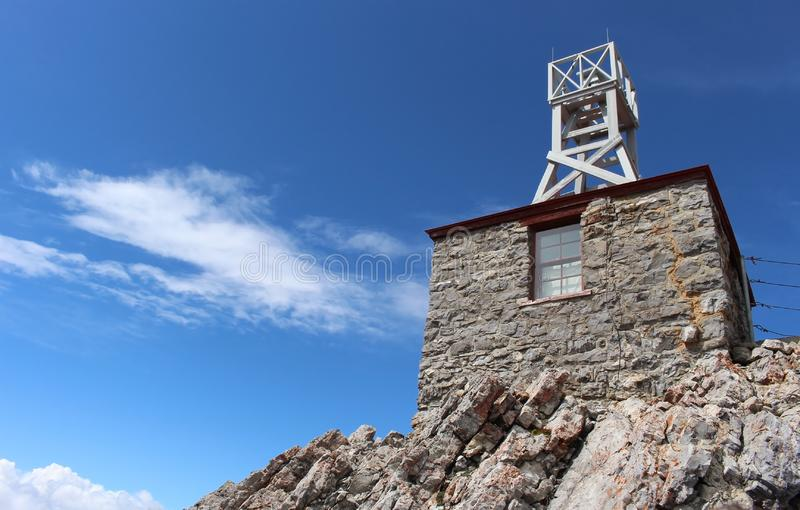 Schwefel-Gebirgswetterstation auf einem Hintergrund des blauen Himmels alberta kanada lizenzfreies stockfoto