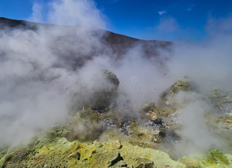 Schwefeln Sie das Gas aus, das aus den Rand des vulkanischen Kraters auf der Vulcano-Insel in den äolischen Inseln, Sizilien, Ita lizenzfreie stockfotos