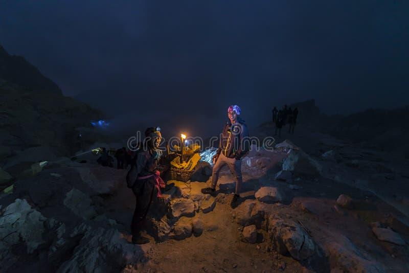 Schwefeln Sie die Arbeitskraft aus, die mit lokalem Führer innerhalb Ijen-Kraters in Osttimor, Indonesien spricht lizenzfreie stockfotos