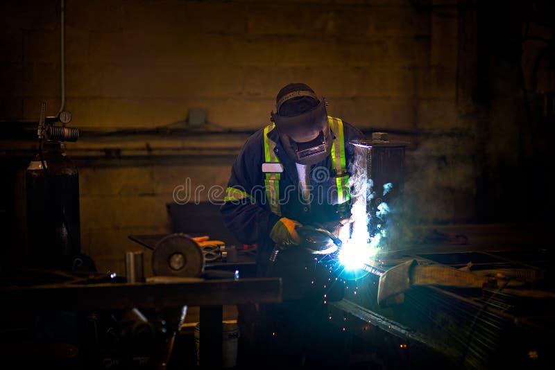 Schweißen in einer Fabrik stockfoto