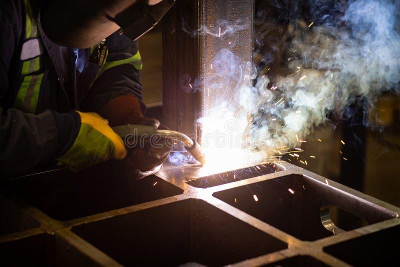 Schweißen in einer Fabrik stockbild