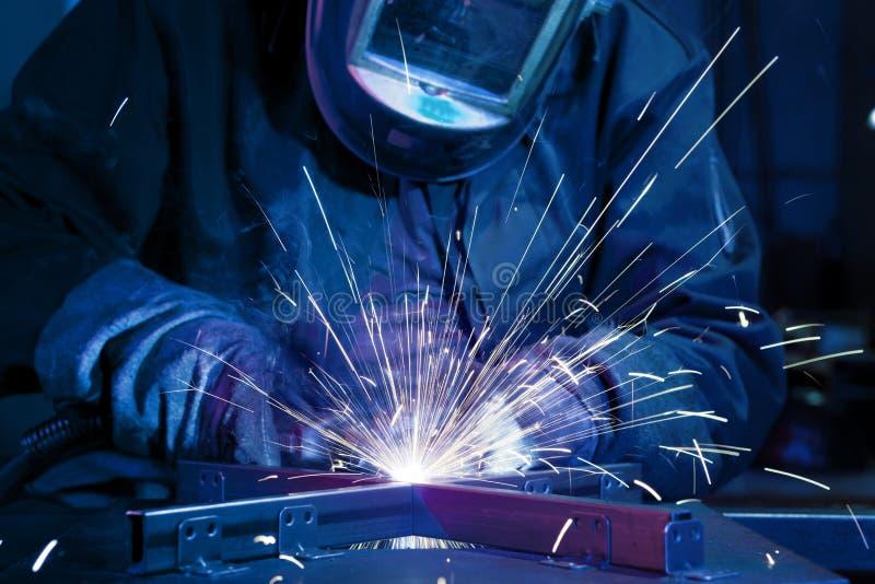 Schweißer, der technischen Stahl aufrichtet stockbilder