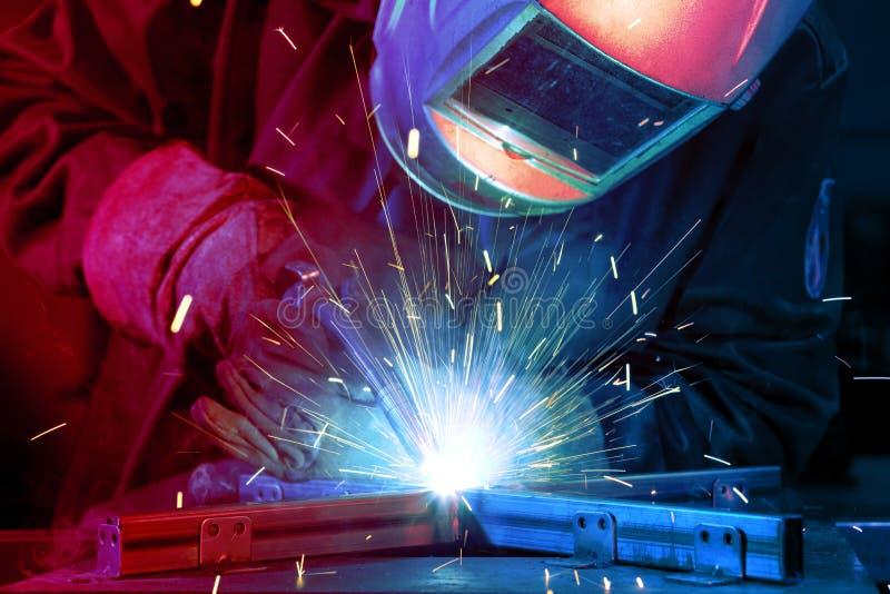 Schweißer, der technischen Stahl aufrichtet stockfoto