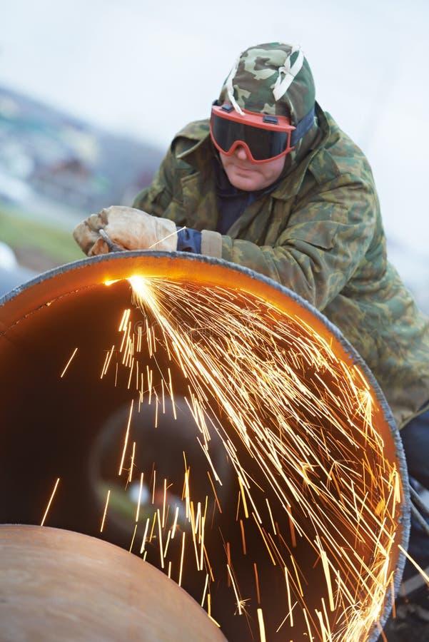 Schweißerarbeitskraft mit Flammefackelscherblock stockfoto