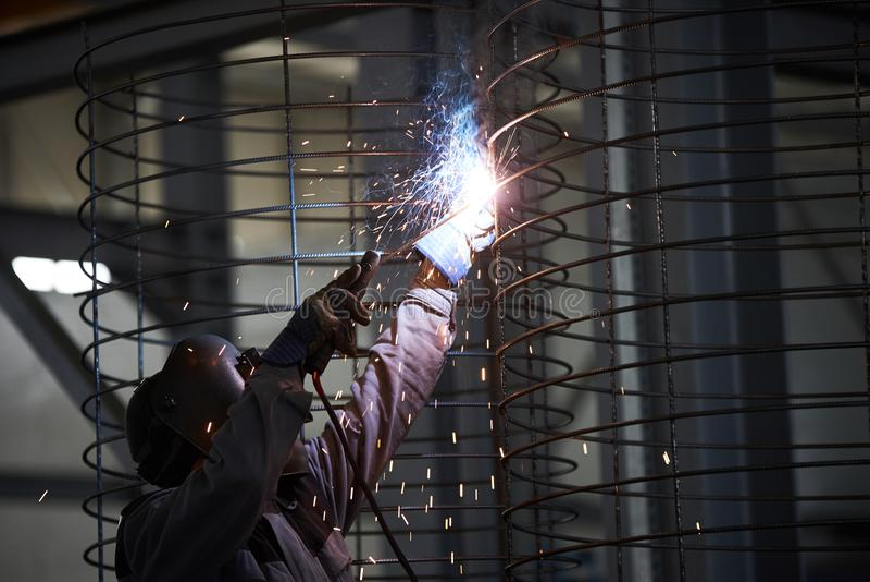 Schweißermannschweißungen an der Fabrik lizenzfreies stockbild