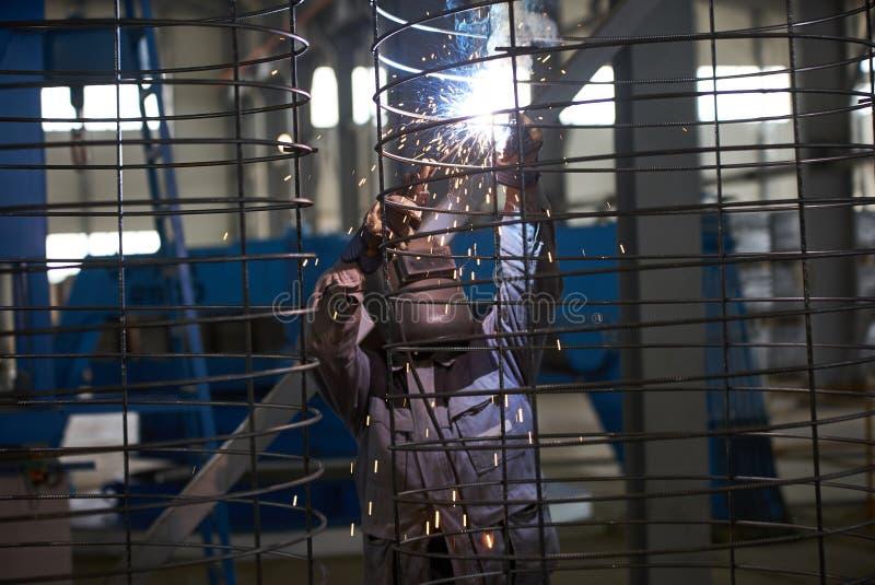 Schweißermannschweißungen an der Fabrik stockfotografie