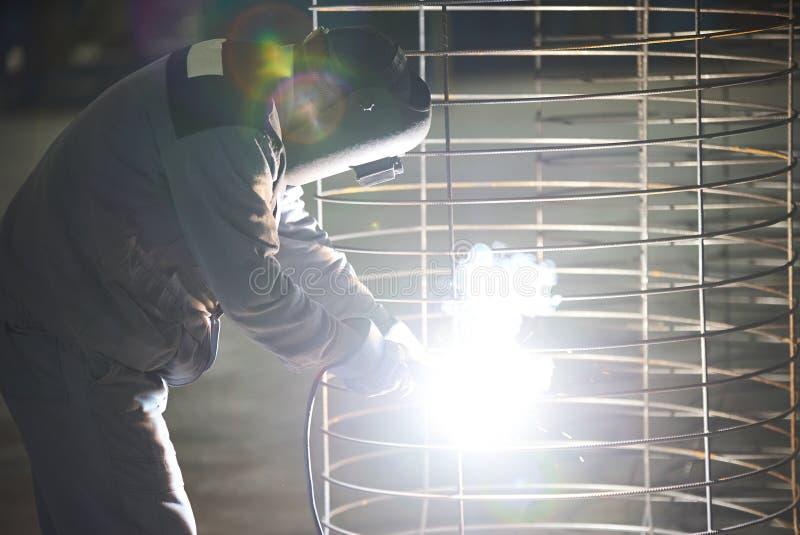Schweißermannschweißungen an der Fabrik lizenzfreie stockbilder
