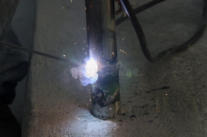 Schweißungen eines Geländers während der Erneuerung eines Dachs am Abend stockfoto