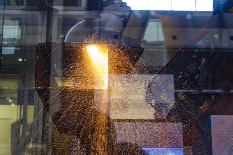 Schweißverfahren an der intelligenten Roboterfabrik Doppelte Ber?hrung Sauerstofffackel schneidet Stahlblech lizenzfreie stockbilder