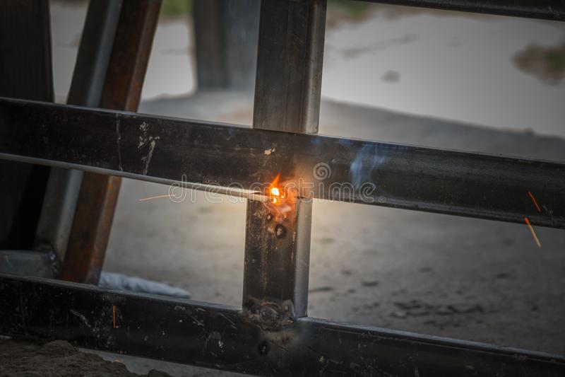 Schweißverfahren mit schwarzem Blockmetall und hellen Funken im Stahl lizenzfreies stockbild