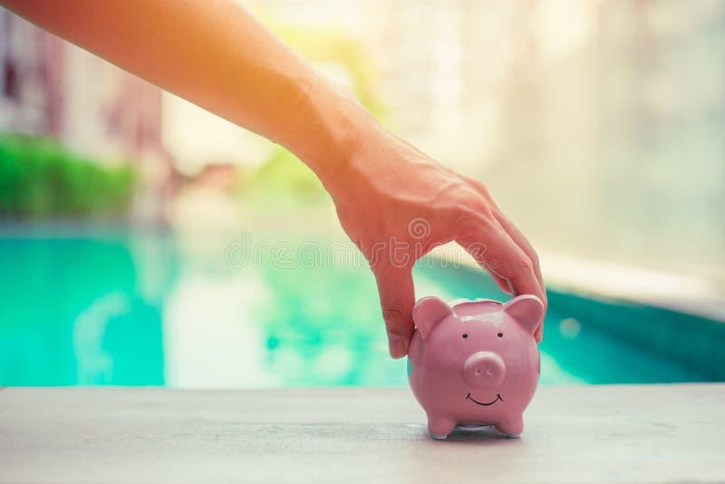 Schwein-Bank, Handholding, pers?nliche Finanzgeldeinsparungskonzept lizenzfreie stockfotografie
