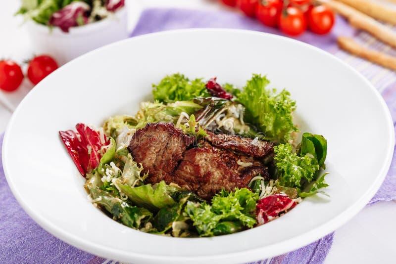 Schweinebraten-Fleisch-Kopfsalat-Salat-Spitze, die flache Lage rasiert stockfotos
