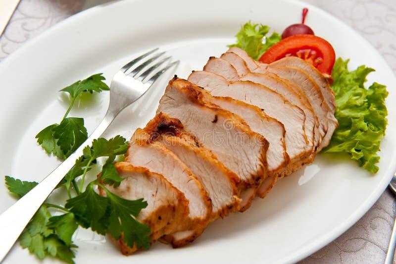 Schweinefleisch Balyk geschnitten?? mit Kopfsalat- und Tomatenblättern lizenzfreie stockfotografie