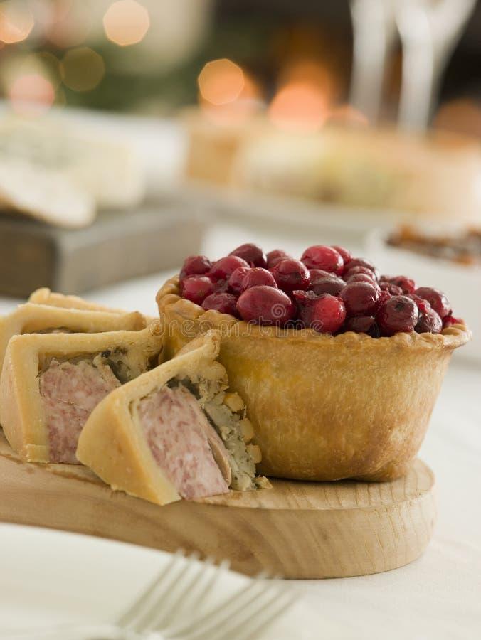 Schweinefleisch die Türkei und Anfüllen der Torte-Moosbeeretorte stockfotos