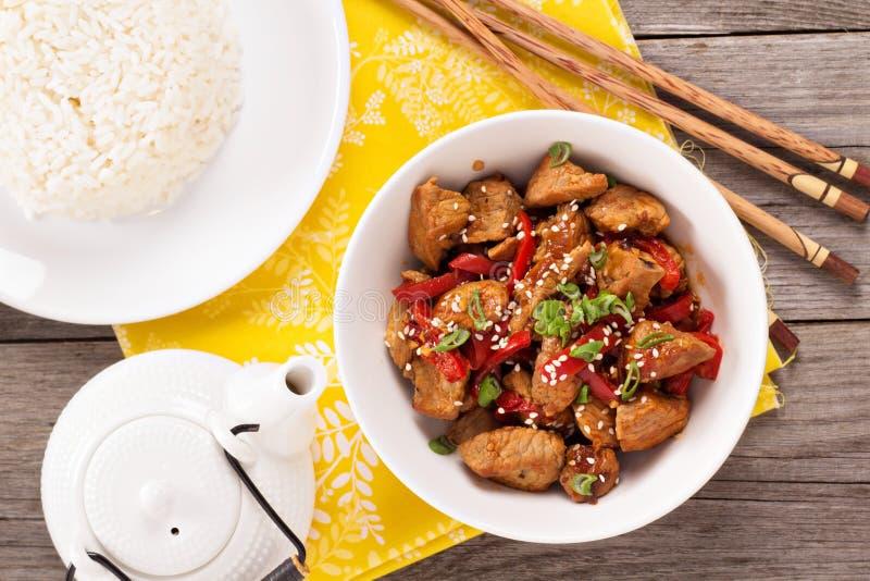 Schweinefleisch mit Gemüse in der asiatischen Art lizenzfreie stockbilder