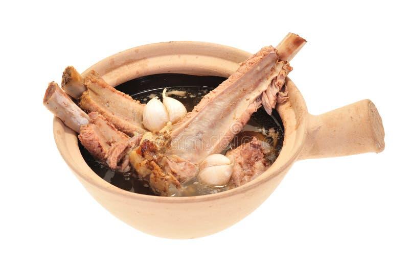 Schweinefleisch-Rippe-Suppe gekocht in einem Claypot lizenzfreie stockfotografie