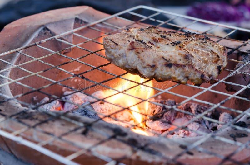 Schweinefleisch-Rippen auf dem Grill lizenzfreie stockfotos