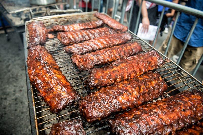 Schweinefleisch-Rippenstraßenlebensmittel Festival und BBQ lizenzfreies stockbild