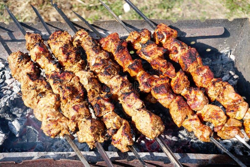 Schweinefleisch shashlik auf der Holzkohle vorbereiten mangal stockfotos