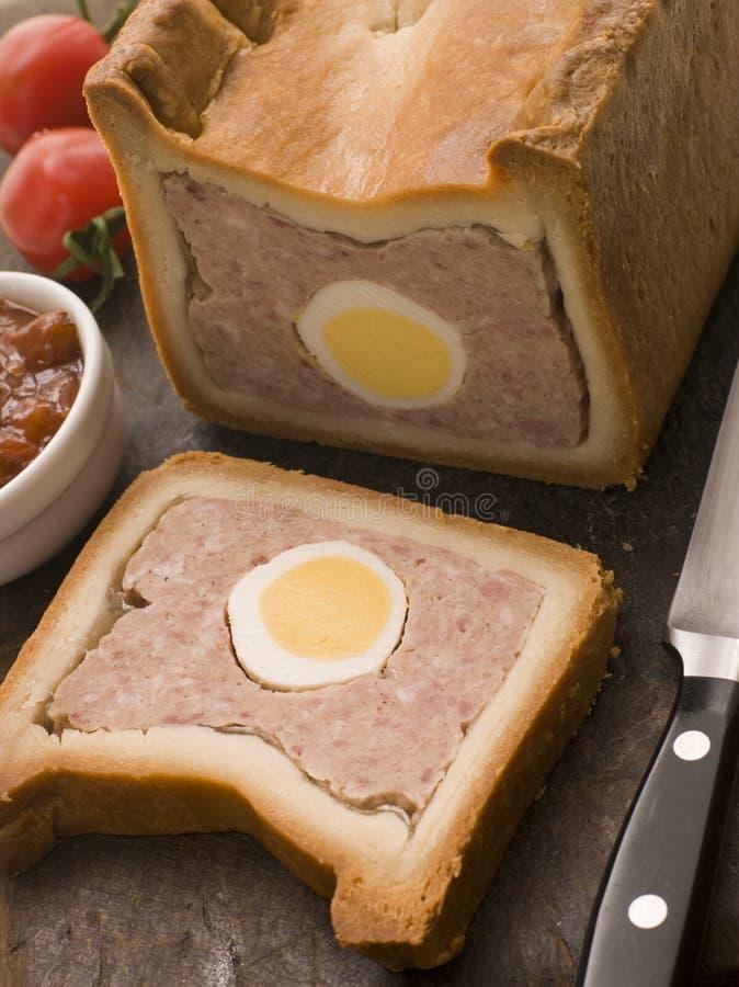 Schweinefleisch-und Ei-Gala-Torte mit Tomate-Chutney lizenzfreie stockfotos
